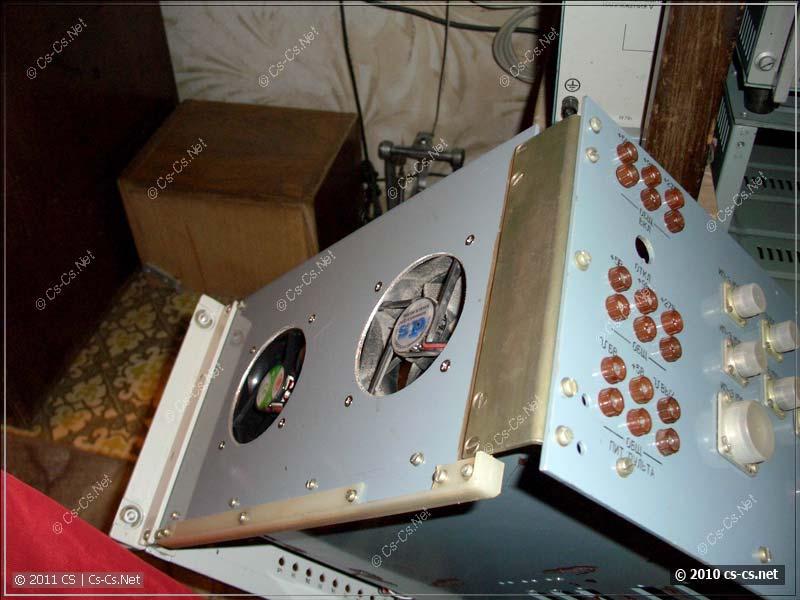 Сбоку прорезаны оверстия для вентиляторов 80x80