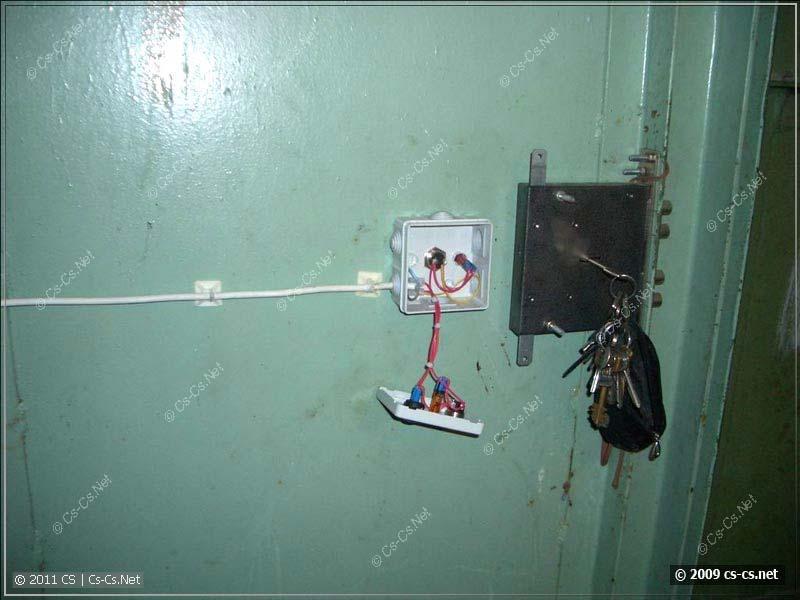 Крепление кнопок управления на входной двери