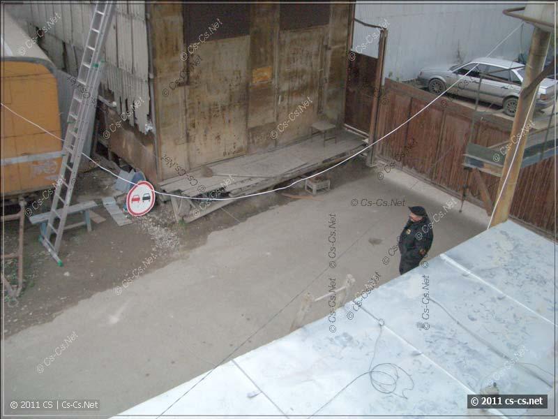 Забрались на крышу и обозреваем охранника и окрестности