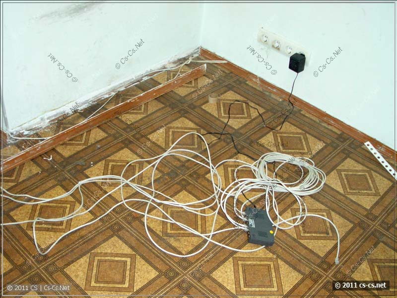 В одном из помещений на полу валяется свитч