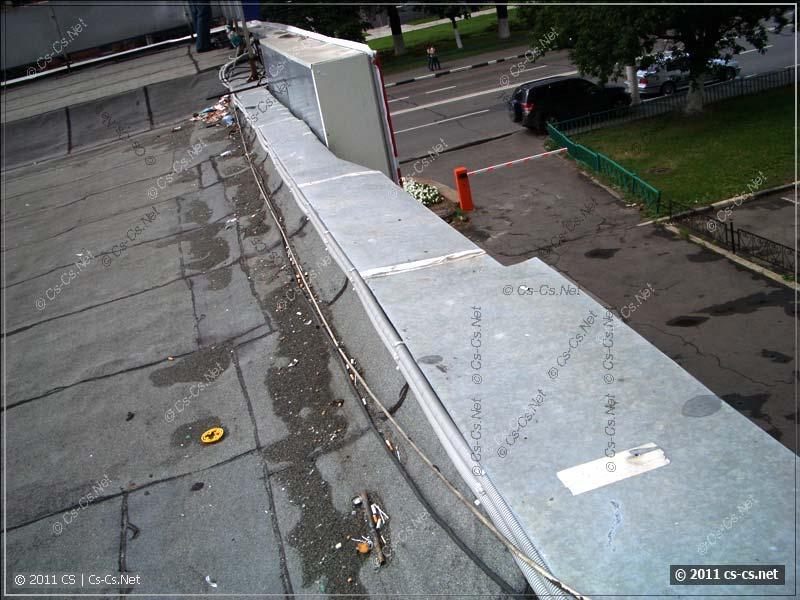Свеженькие кабели по краю крыши в гофрах