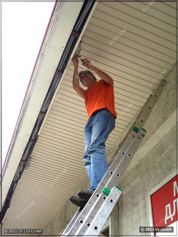 Напарничек обслуживает прожектора (замена ламп)