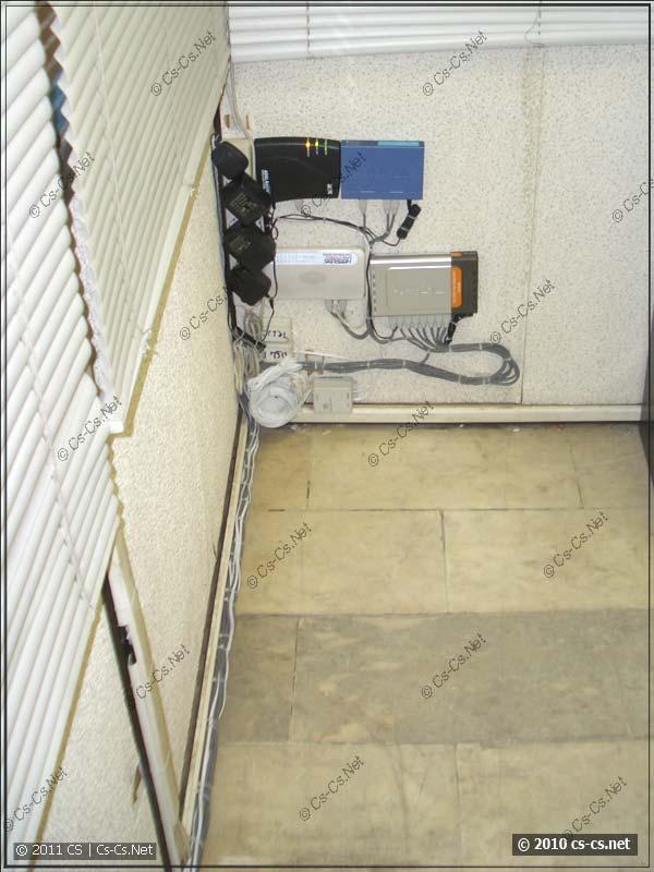 Перебранная СКС офиса аккуратно в уголочке и трассы кабелей к ней