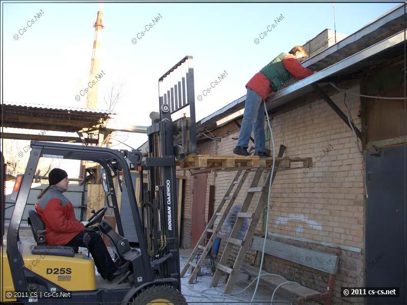 Зато как удобно протягивать кабели по крыше!