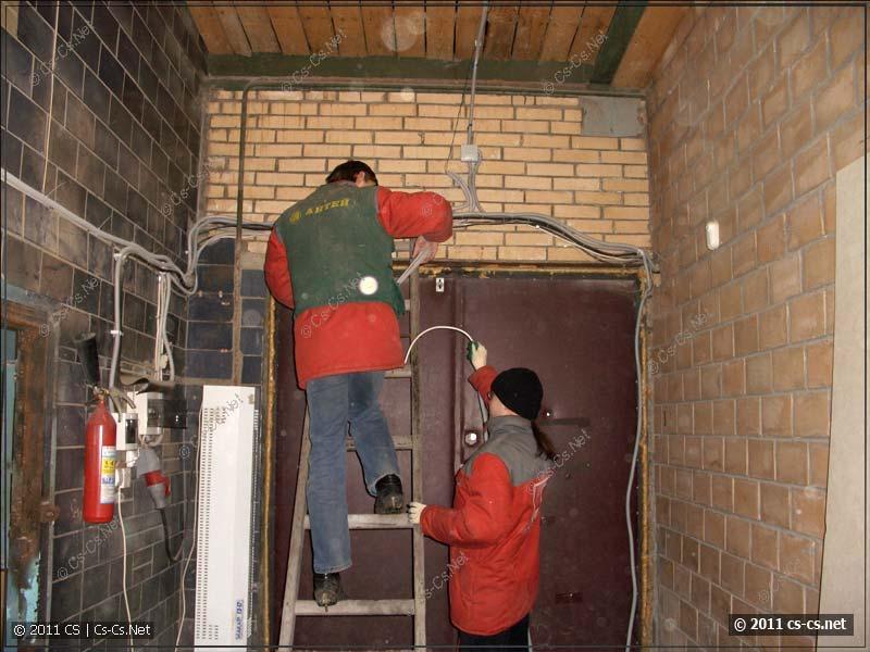 Для протягивания кабелей в помещениях используем стремянку :)