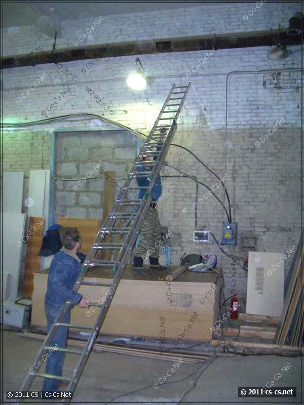 Напарничек отжигает с длинной лестницей и ТБ