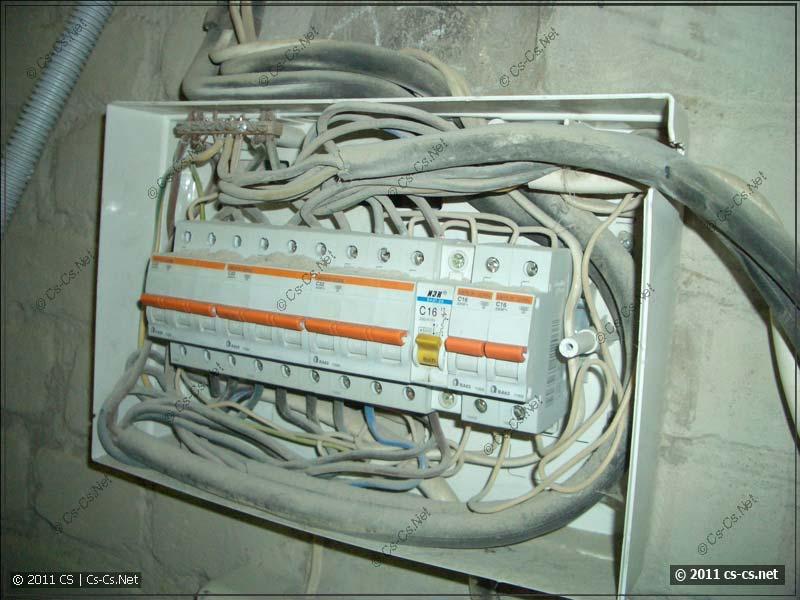 Щиток (питается от рубильника выше) автоматов на станки