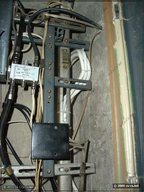 Новые линии кабелей из квартиры на лестницу