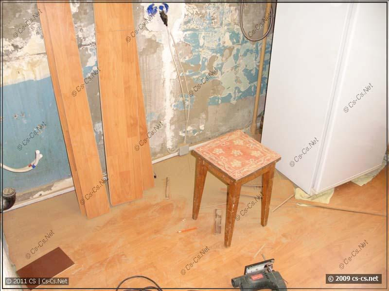 Ламинат на полу (на заднем плане - холодильник)