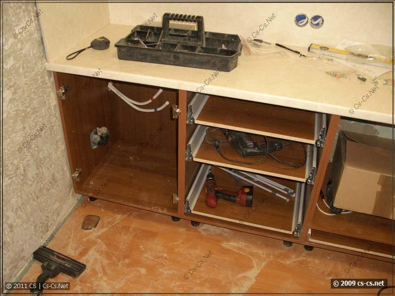 Начало сборки кухни: поставлен и закреплён низ (столы)