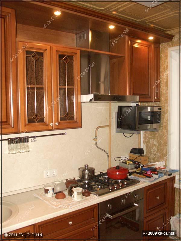 Общий вид на полузаконченную кухню (вдали микроволновка)