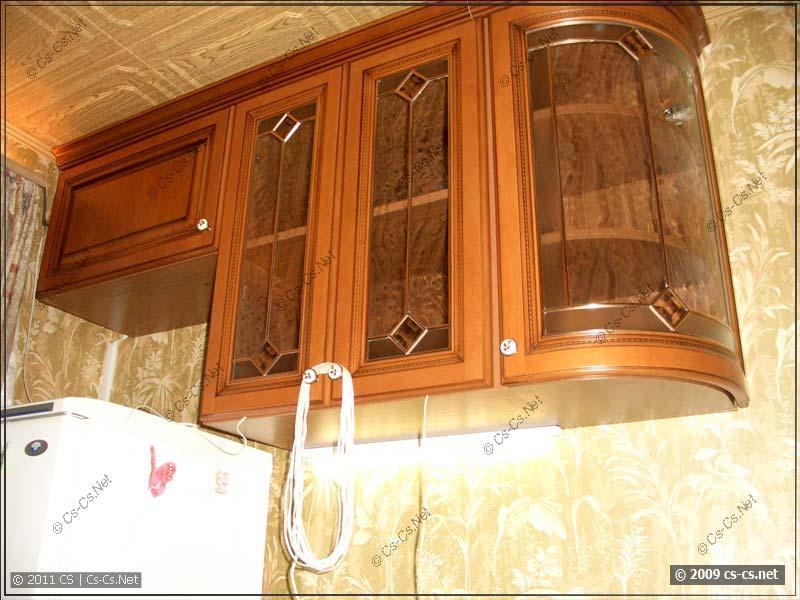 Полочки над холодильником и радиусная витрина