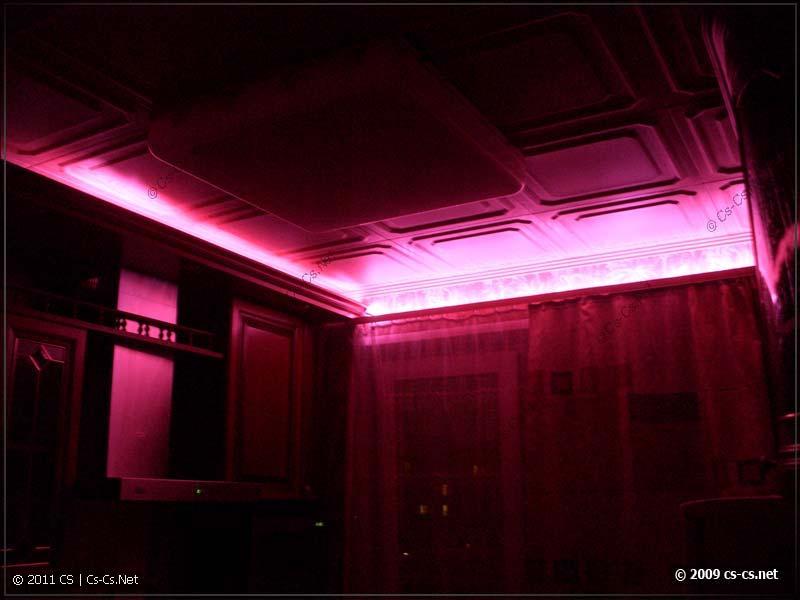 Лента на карнизе штор в темноте