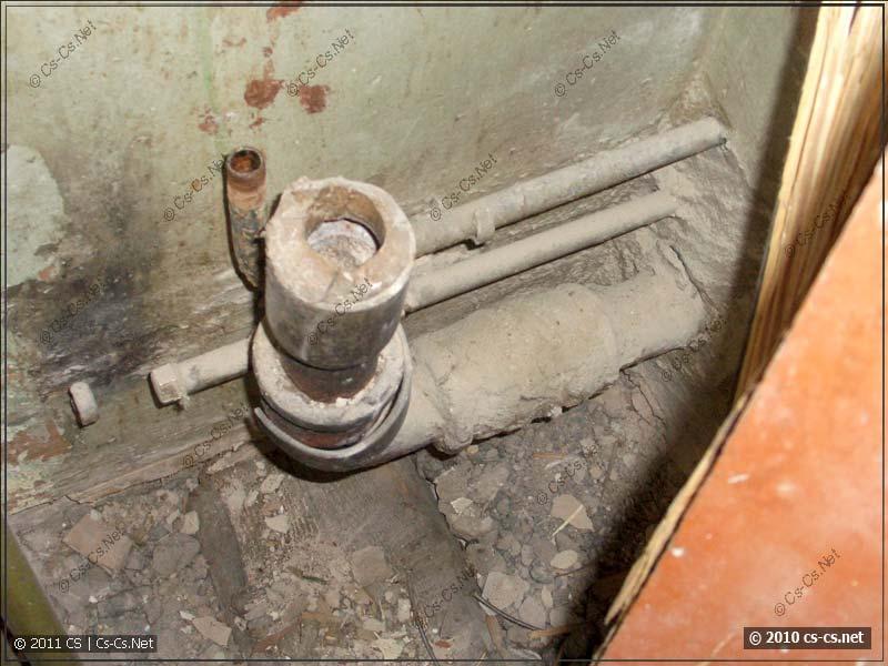 Демонтированная кухонная мойка и старые трубы от неё