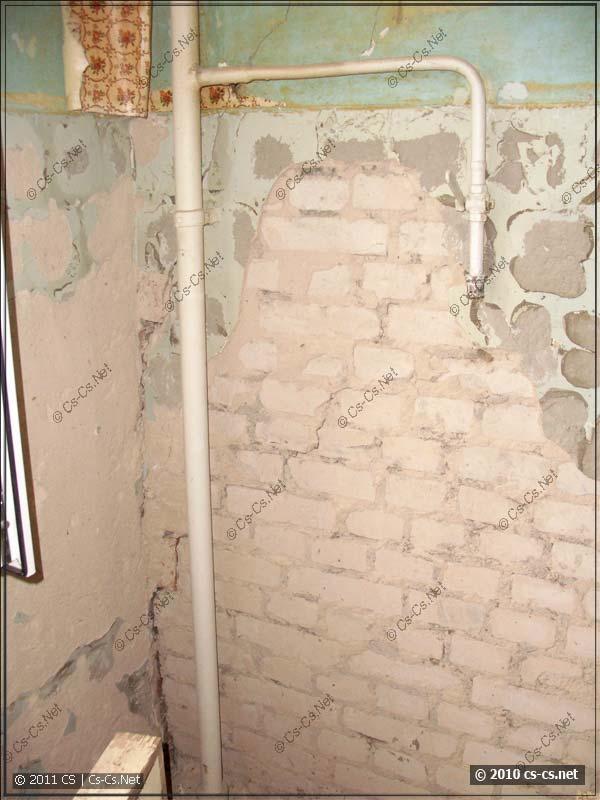 Газовый стояк и трещина по кирпичной кладке в стене дома
