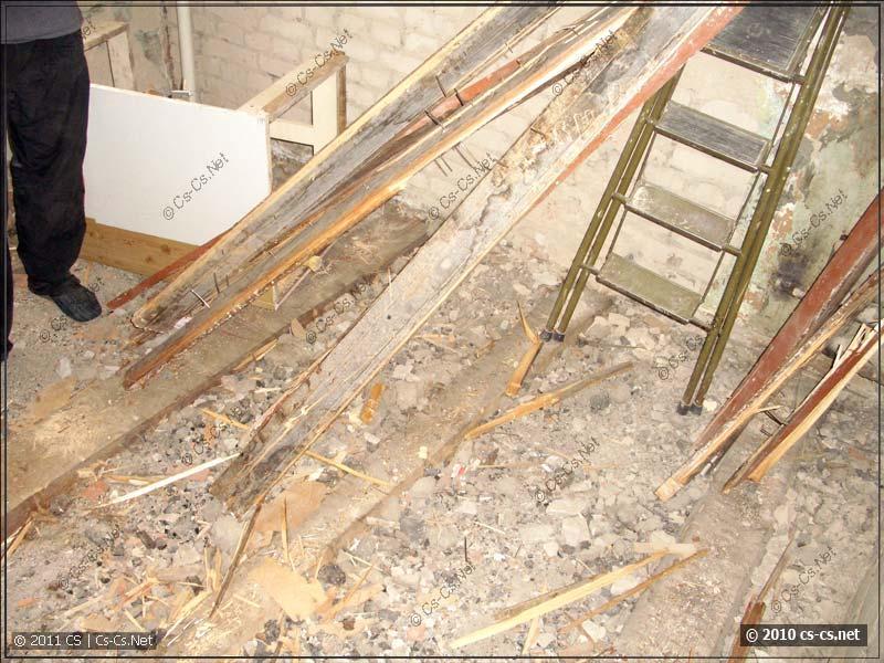 Старый пол - лаги и строительный мусор внутри