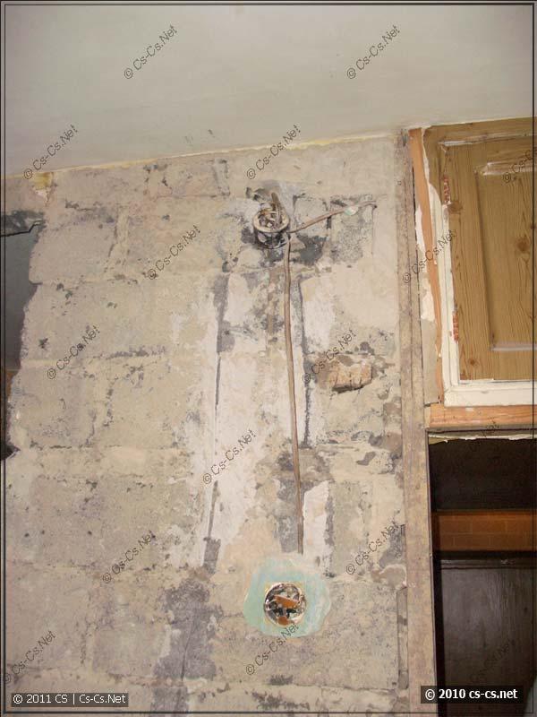 Старая же проводка освещения в стенах