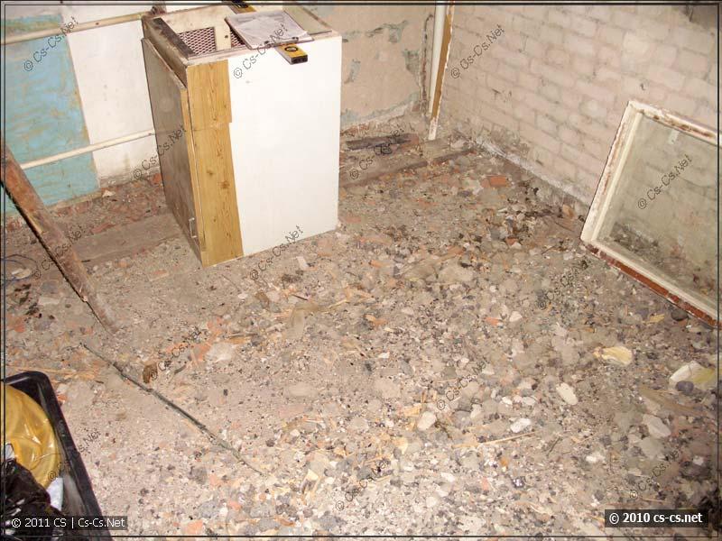 Демонтированный пол и оставшийся от него мусор