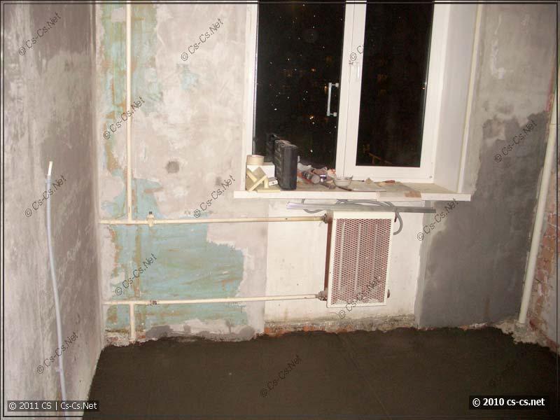 Вид на другую сторону кухни и старые стены