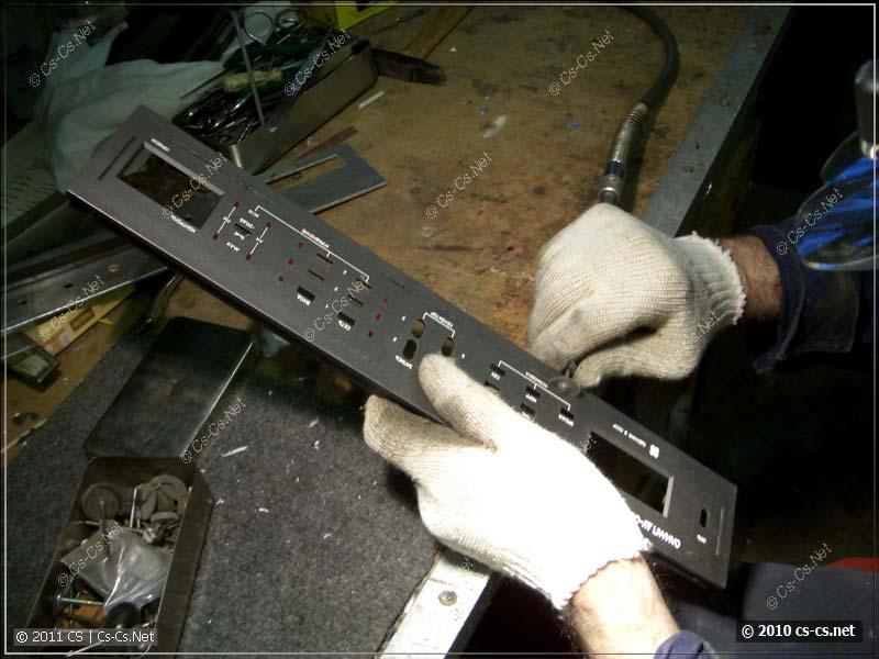 Вырезаем ненужные части передней панели усилителя
