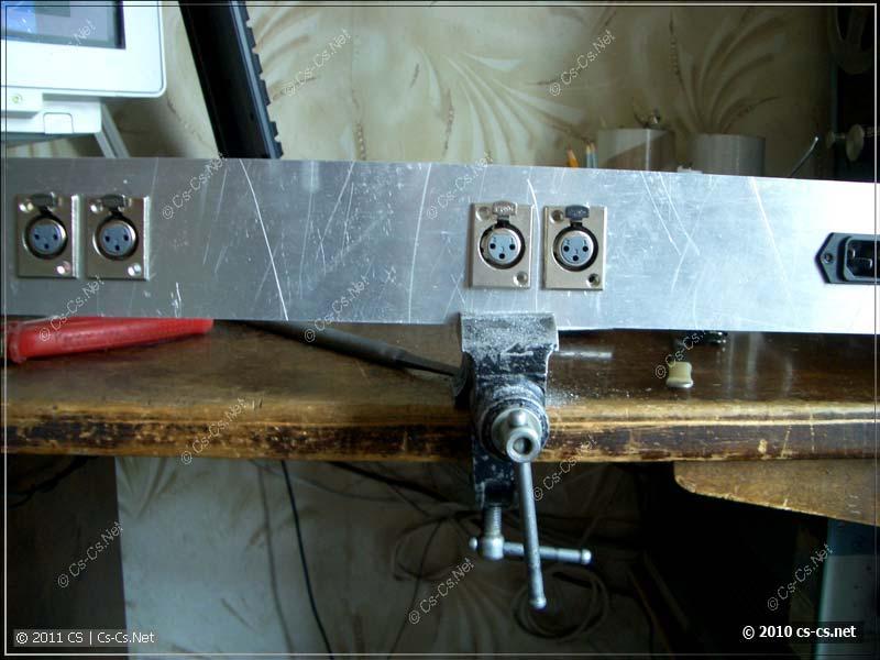 Задняя панель с установленными разъёмами XLR