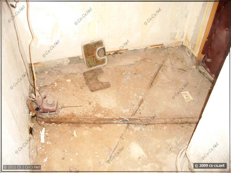 Странные трубы на полу в коридоре