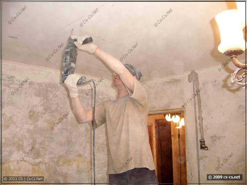 Сверлим потолок под клипсы крепления проводки