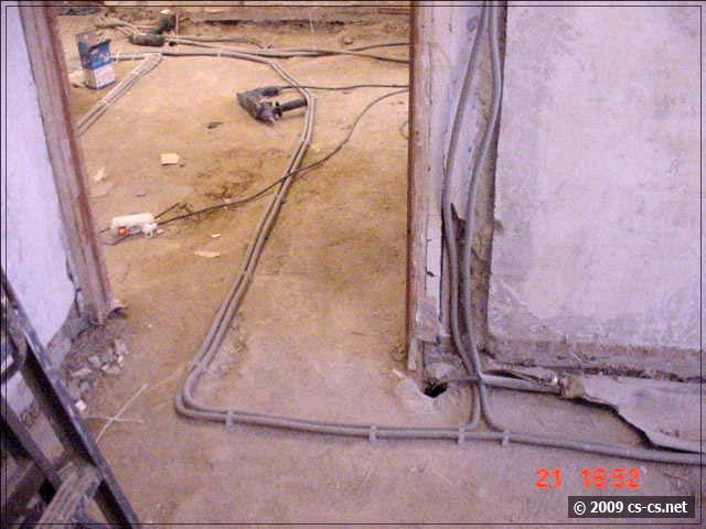 Вход трасс кабелей в комнату и проводка света соседей снизу