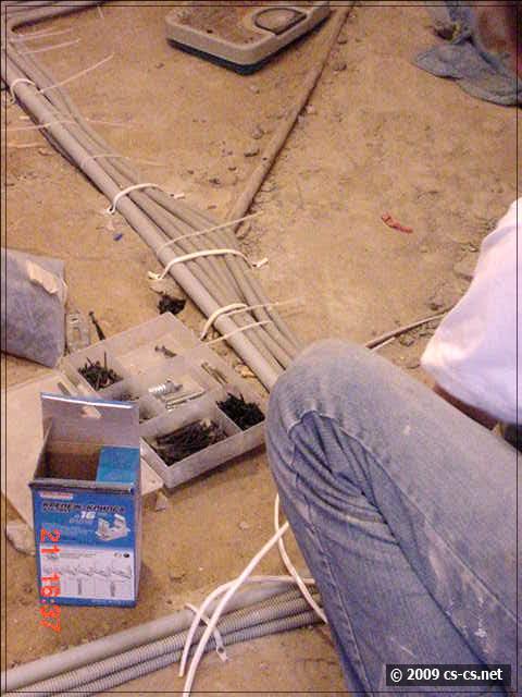 Крепим кабели к полу
