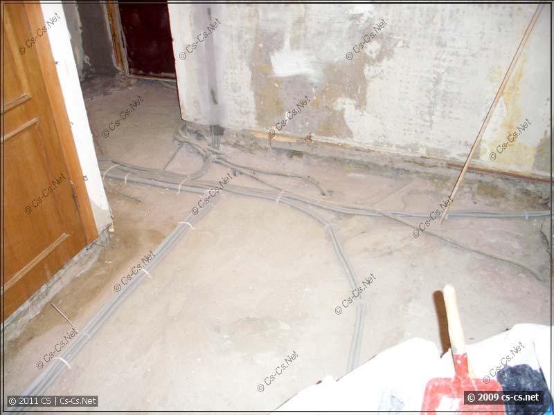 Отходящие трассы кабелей в коридоре