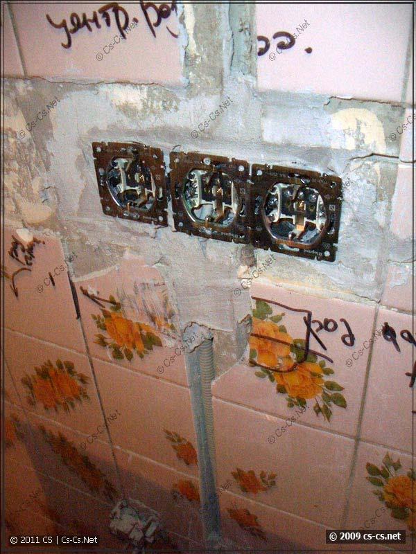 Блок розеток над столешницей в кухне