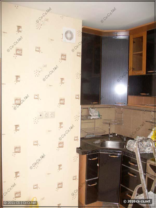 Угол кухни с мойкой и вентилятором