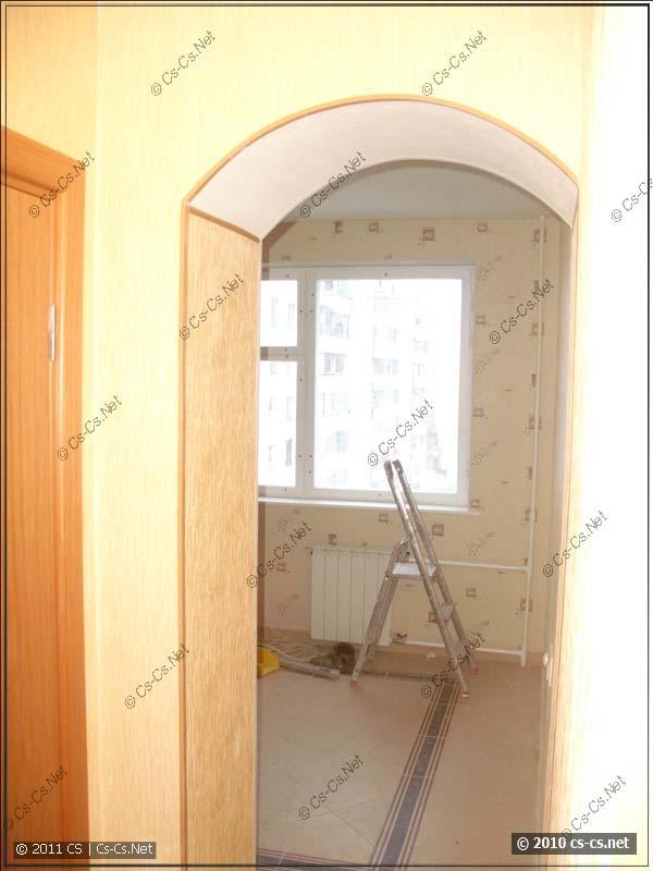 Вид в кухню через арку и отделка арки пластиковыми уголками