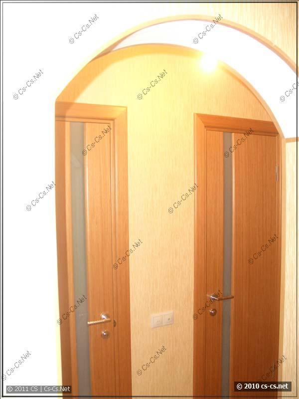 Арка коридора и двери ванной и туалета