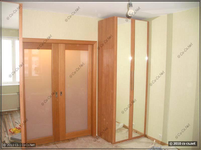 Спальня - раздвижные двери закрыты, по бокам стоят шкафы