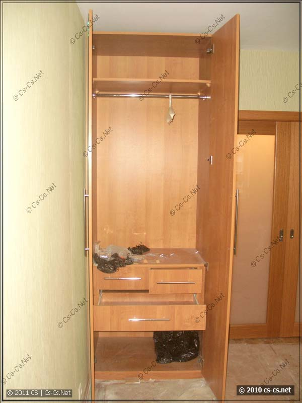 Внутренности одного из одёжных шкафов в спальне