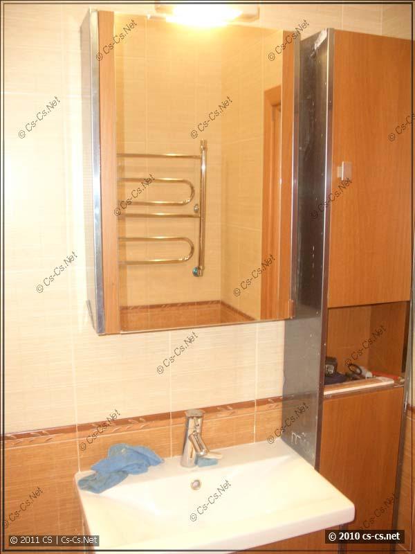 Раковина и шкафчики в ванной