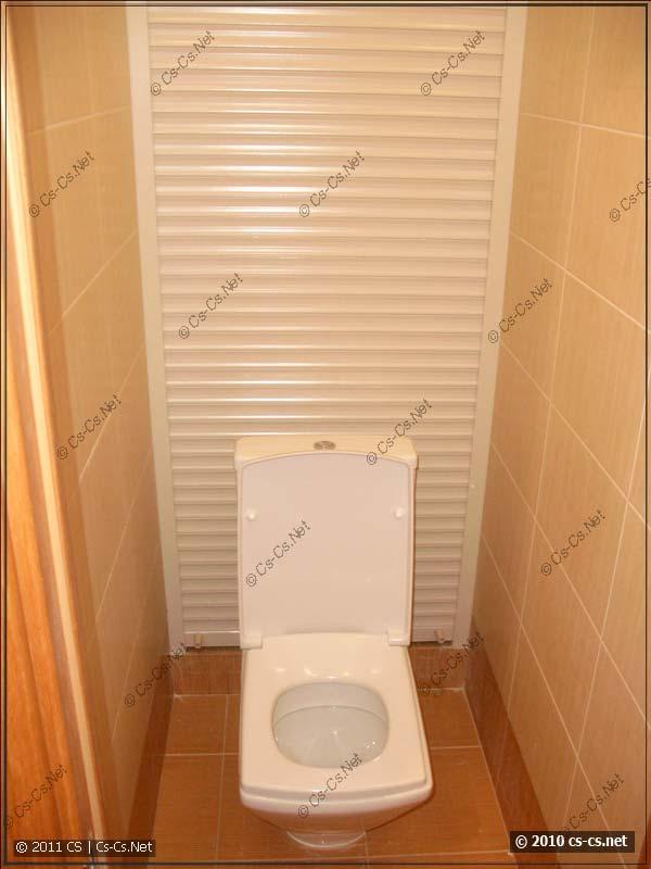 Рольставня в туалете, закрывающая все коммуникации
