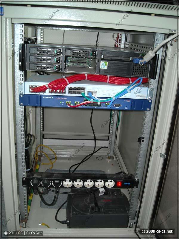 Серверный шкаф с роутером и свитчом