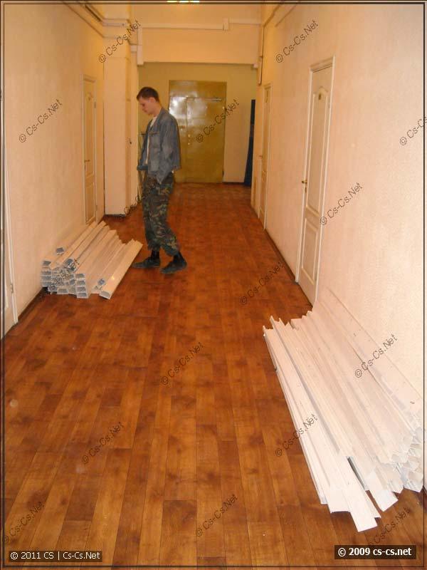 Хлам из коробов в коридоре офисного здания