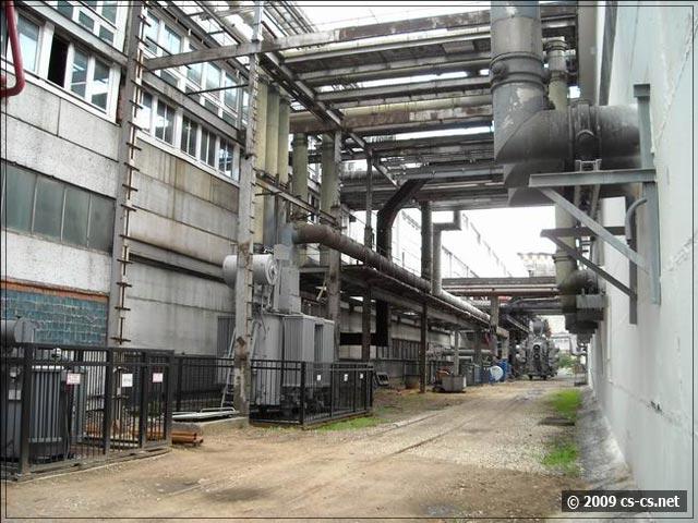 Территория ТЭЦ и снова шины и трубопроводы
