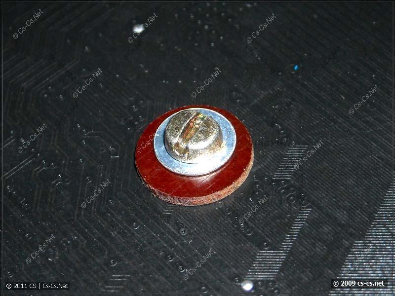 Винт и изолирующая шайба крепления радиатора