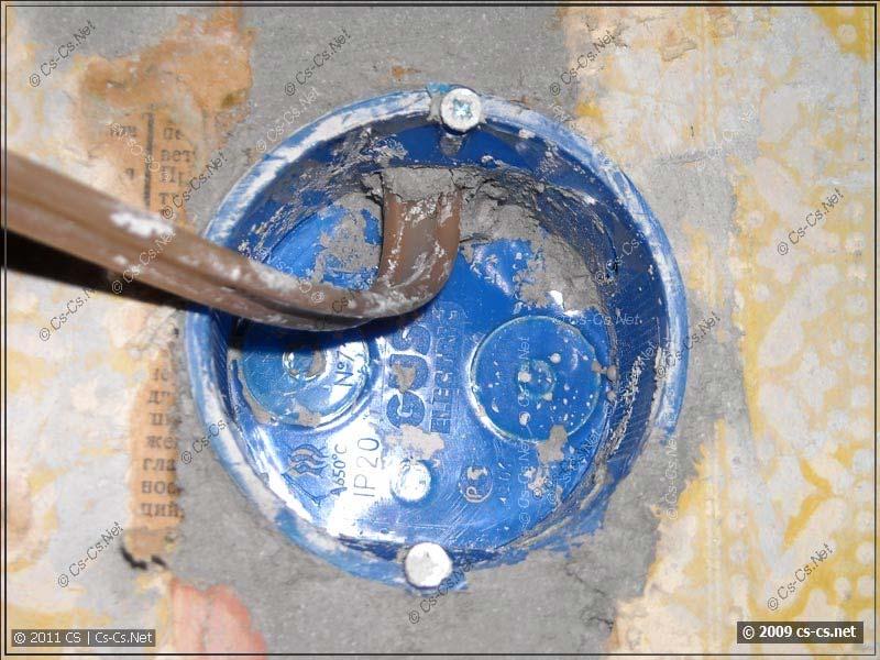 Подрозетник и выходящий кабель проводки