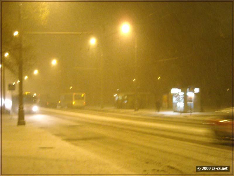 Снег среди фонарей - плотная пелена