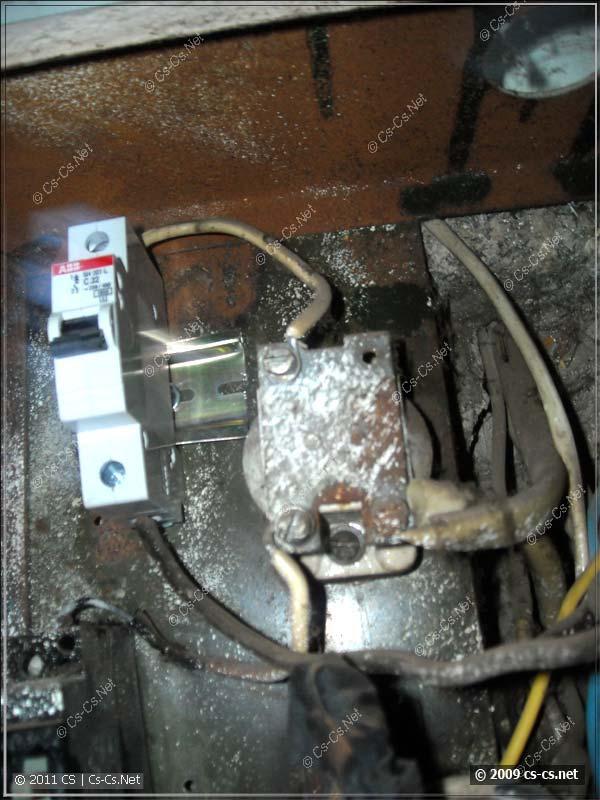 Заменённый вводной автомат в старом щитке