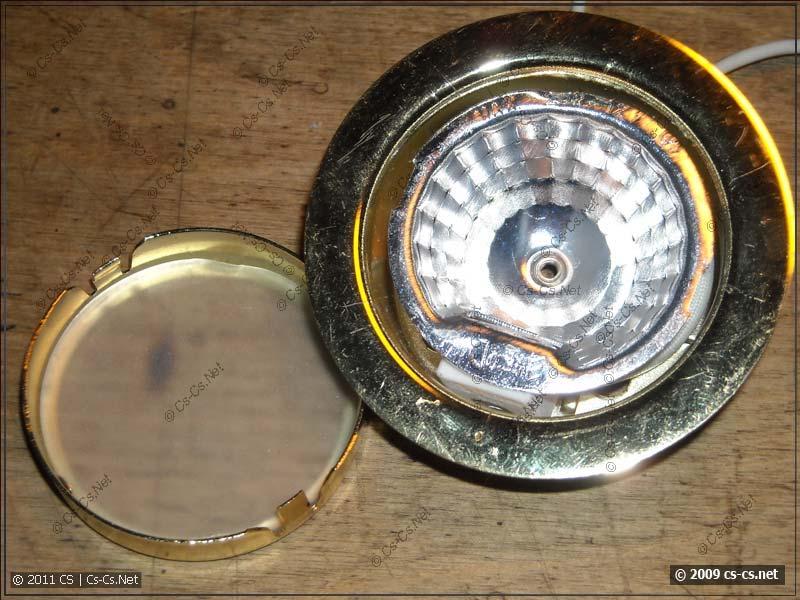 Открытый мебельный светильник, виден патрон и отражатель