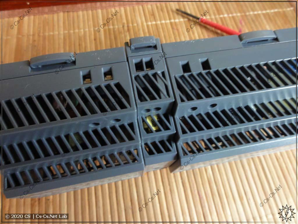 Множество вентиляционных отверстий в корпусах блоков Mean Well HDR