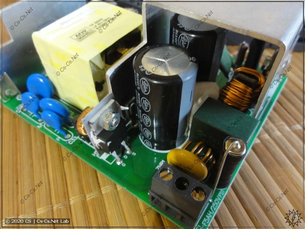 Внутренности блока питания Mean Well HDR-150 (вводные цепи и фильтры)