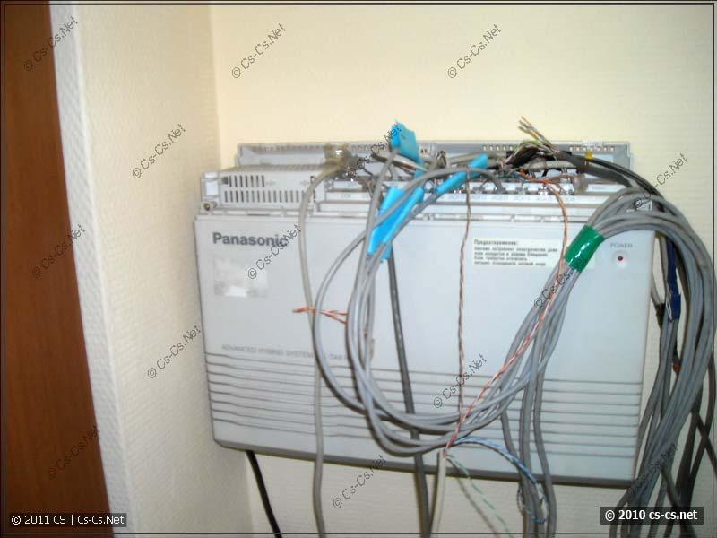 АТС Panasonic и ворох кабелей на ней
