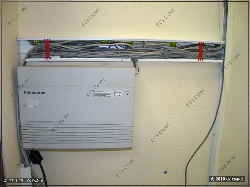 Длинные кабели уложены в короб и закрыты проставками